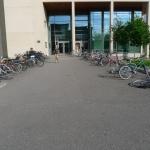 Parkoviště u školy za větru