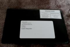 Karta přijde v úhledné černé obálce.