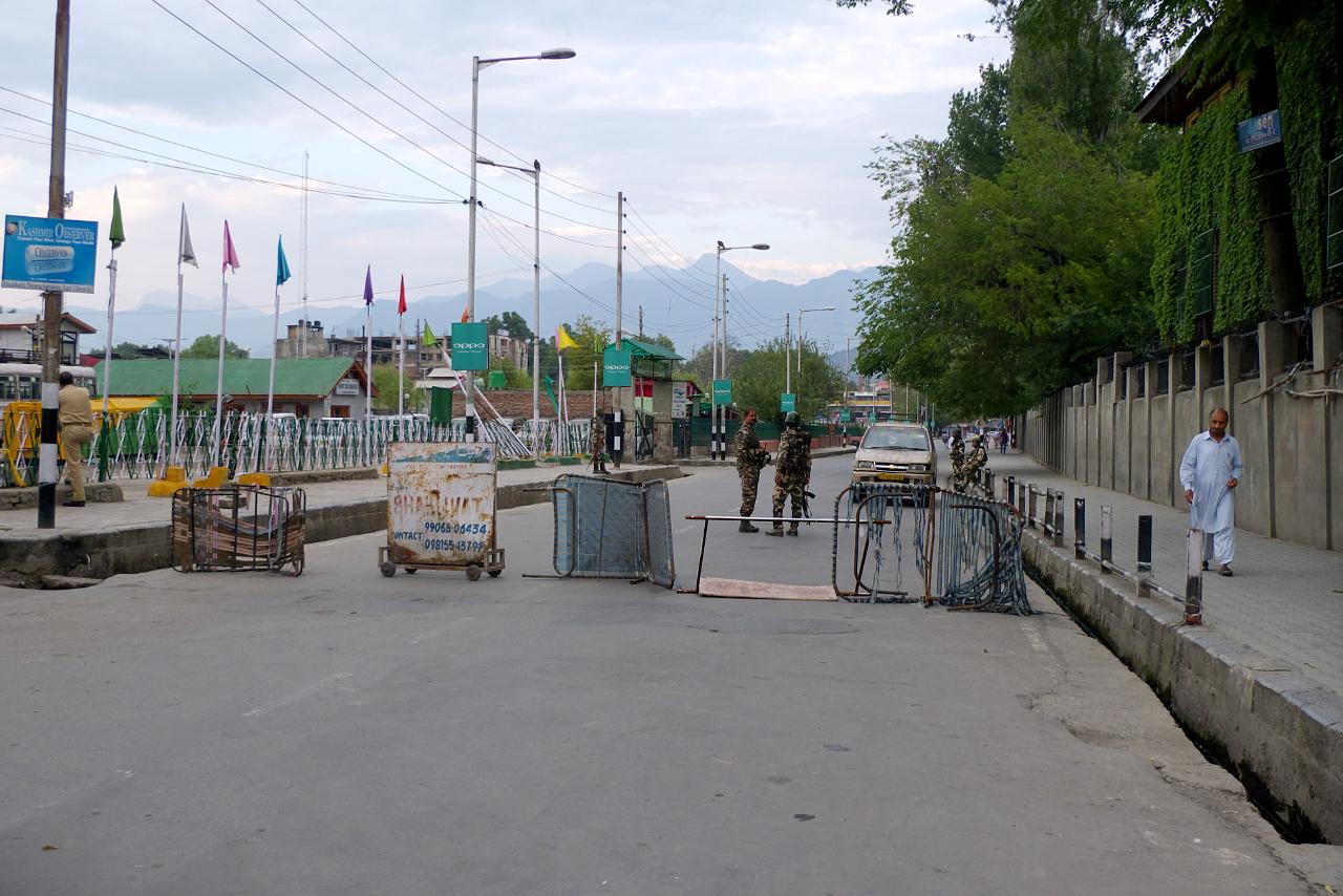 Improvizovaný policejní zátaras ve Šrínagaru