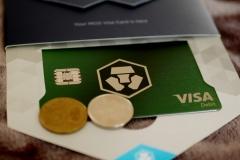 Rozbalený balíček s kartou (mince pro anonymitu). Číslo karty je na spodní straně.