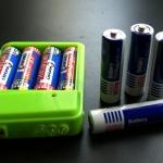Otevřená nabíječka a testované baterie